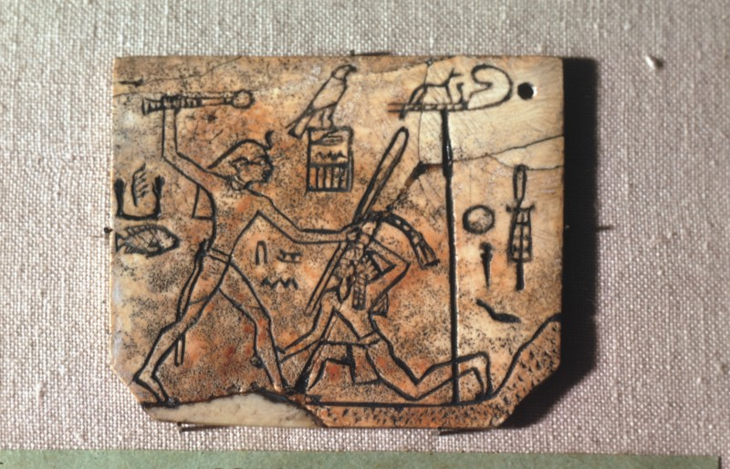 Elfenbeinnamensschild für ein Paar Sandalen, König Udimu, H. 5 cm, Abydos