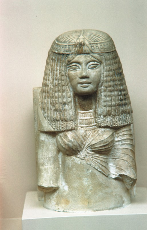 Oberteil der Statue einer Wedelträgerin, Kalkstein, 18. Dyn., Der el Bahri