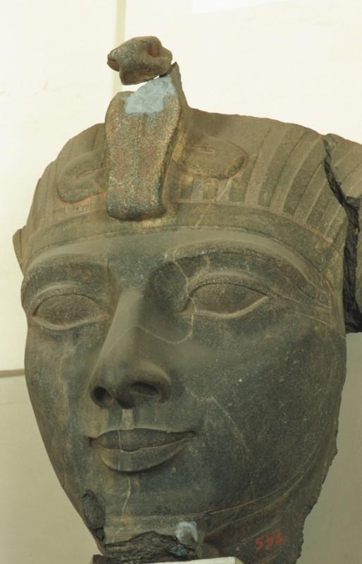 Fragment eines Kolossalkopfes Ramses' II., Granit, H. 120 cm, aus dem Luxortempel