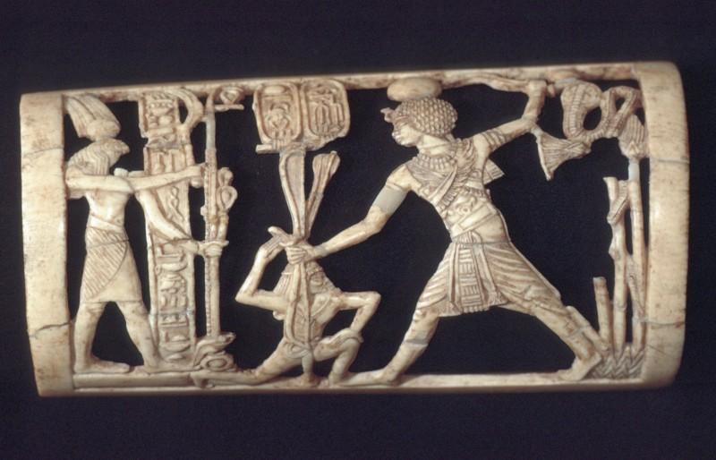 Armschmuck, Elfenbein, Thutmosis IV., einen Feind erschlagend, L. 11, 2 cm