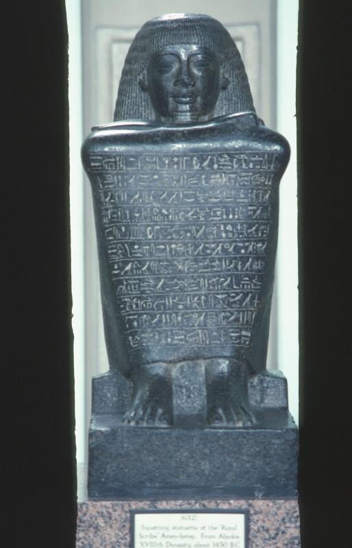 Würfelhocker eines königl. Schreibers Amenhotep, Granit, H. 67 cm, 18. Dyn., Abydos