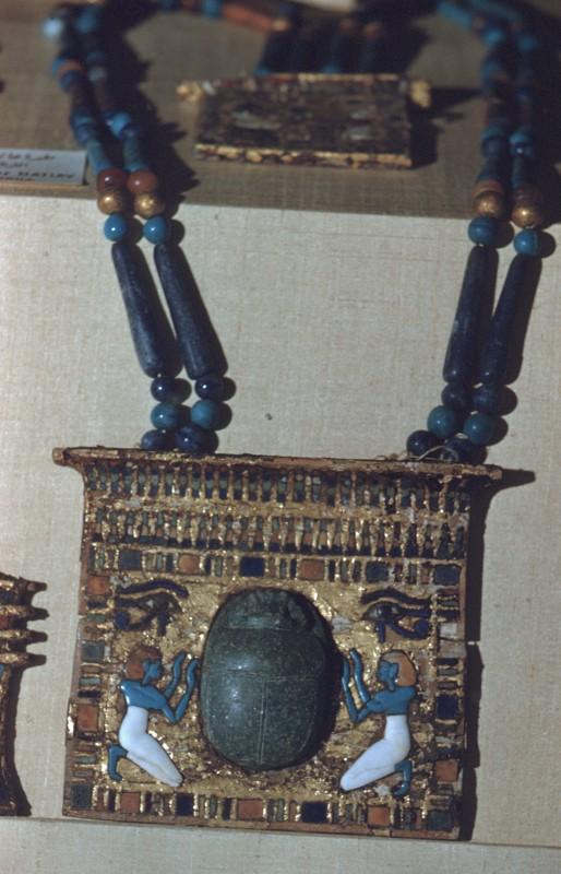 Pektoral, Skarabäus zwischen Betenden, Holz mit Einlagen und Goldauflage, Grab des Hatiay