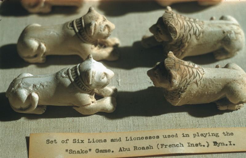 Vier Spielfiguren (Löwen und Löwinnen) aus 01 154
