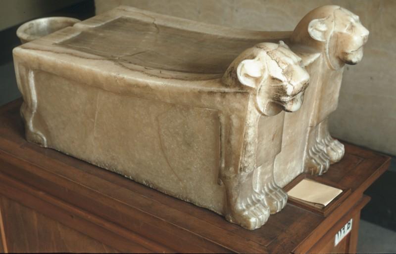 Tisch mit Löwenköpfen und Füßen, zur Versorgung des Toten, L. 92 cm, Sakkara
