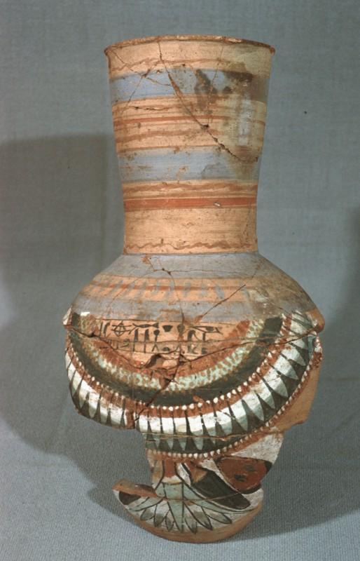 Tongefäß, mit Kränzen in der Art von Schmuckkragen, und mit Blumen bemalt, H. 33 cm, aus Der el-medine
