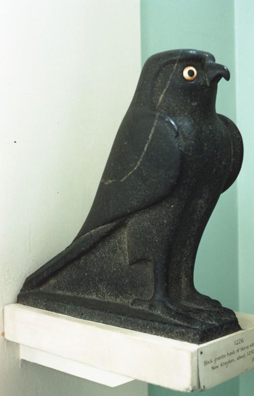 Archaischer Falke, Granit mit eingelegten Goldaugen, H. 45 cm