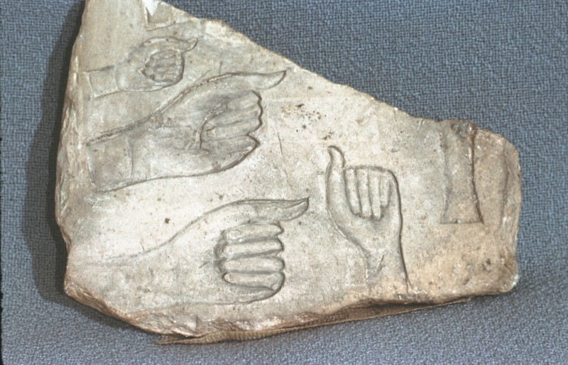 Relief-Handstudien, Kalkstein, H. 10 cm