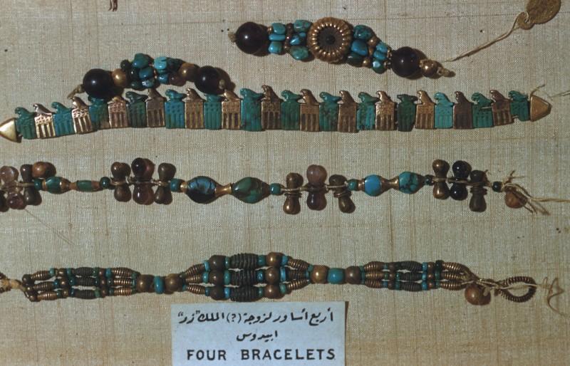 Armbänder der Gemahlin (?) des Königs Djer, Halbedelsteine und Glas, Abydos, 1. Dyn.