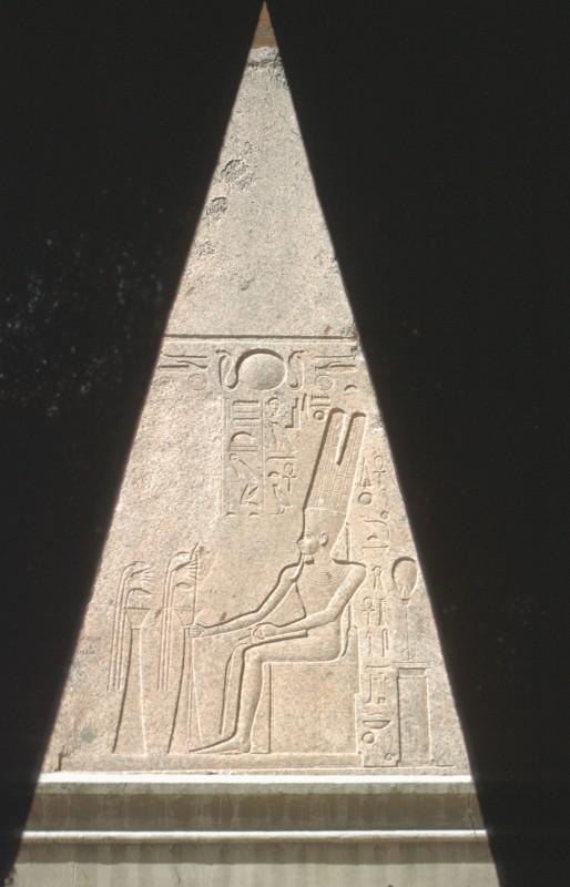 Spitze eines Obelisken der Hatschepsut, Granit, vor dem Museum in Kairo
