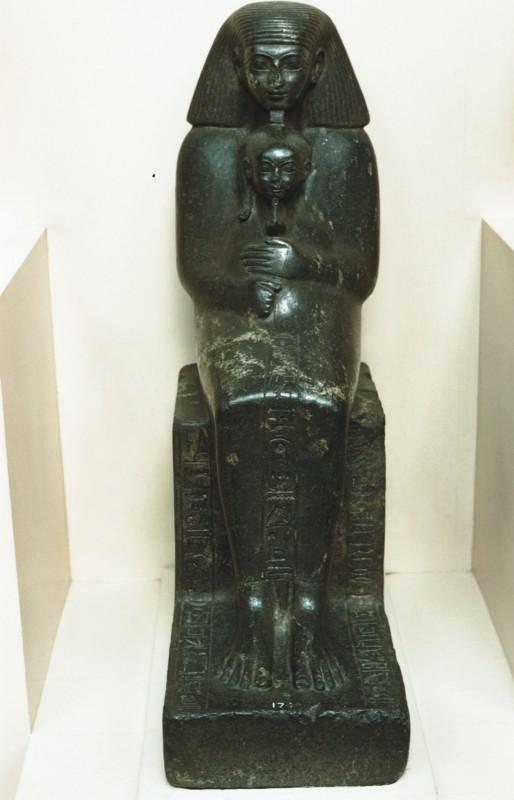 Statue des Senmut, welcher die Prinzessin Nefrure (Tochter der Hatschepsut) auf dem Schoß hält, Granit, H. 71 cm (vgl. 39 581 ff. und 30 041 ff.)