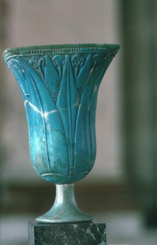 Kelch mit Lotospflanzen, blauglasiert, Fayence Neues Reich