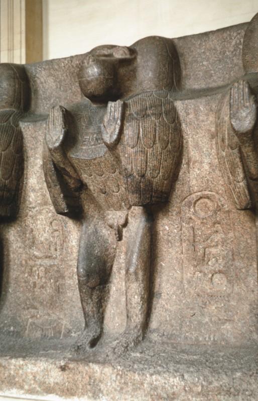 Betender Pavian an einem Obeliskensockel