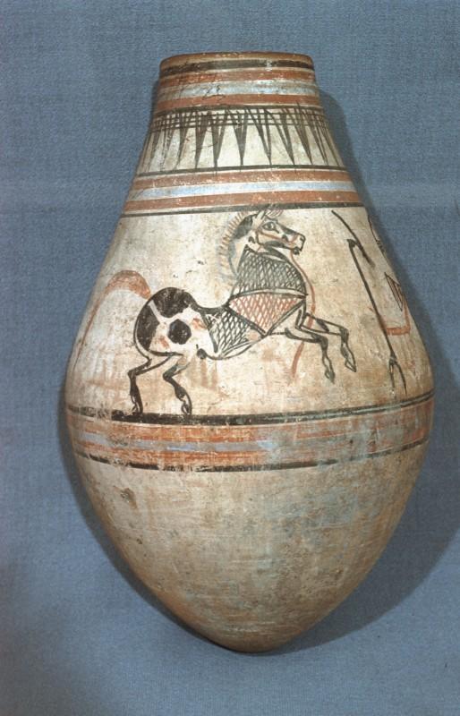 Tongefäß, bemalt mit springenden Pferden und Anch-Zeichen, dessen Arme die Hieroglyphe Uas (Macht, Glück) halten, H. 43 cm