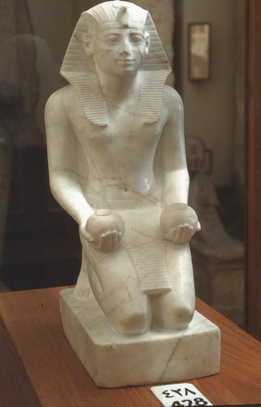 Thutmosis III. kniend mit Kugelgefäßen, Marmor, H. 24 cm. Der el Medine