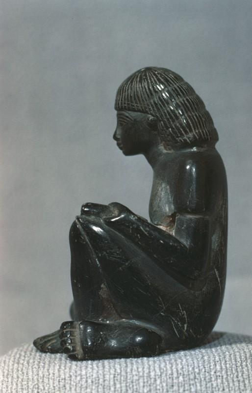 Sitzender Mann, Figürchen aus schwarzem Stein, Provenienz unbekannt