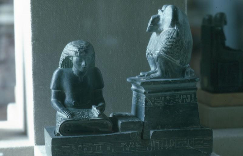 Der Schreiber Nebmerutef, vom paviangestaltigen Gott Tot behütet. Schieferplastik, H. 19,4 cm 19. Dynastie