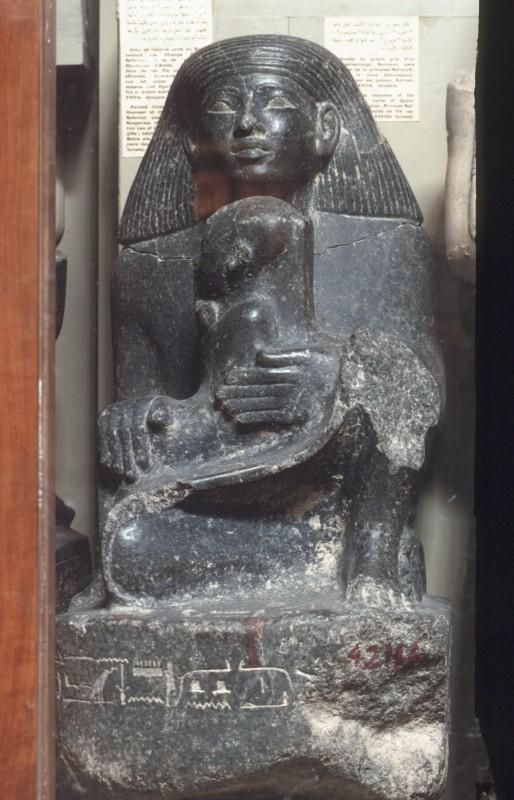 Senmut hockend mit Prinzessin Nefrure auf dem Schoß, Granit, H. 60 cm
