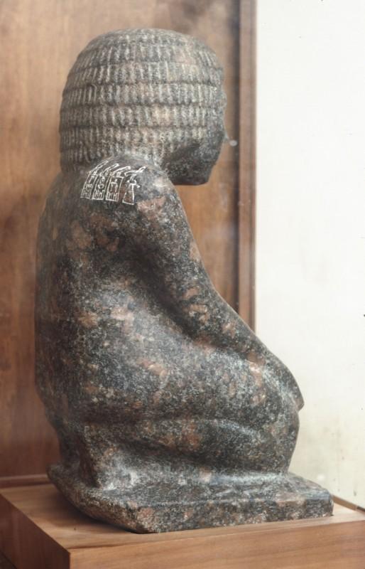 Rechte Seitenansicht von 01 164, auf der Schulter die Namen der drei ersten Könige der 2. Dyn.
