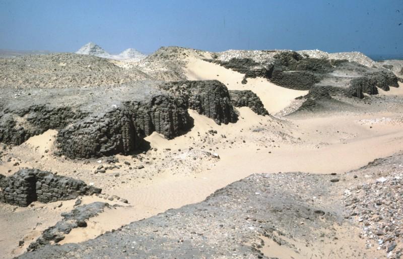 Reste der Lehmziegelmauer des sogen. Hemaka-Grabes (Grab des Königs Udimu, Sakkara, vergl. 01 167 - 01 172