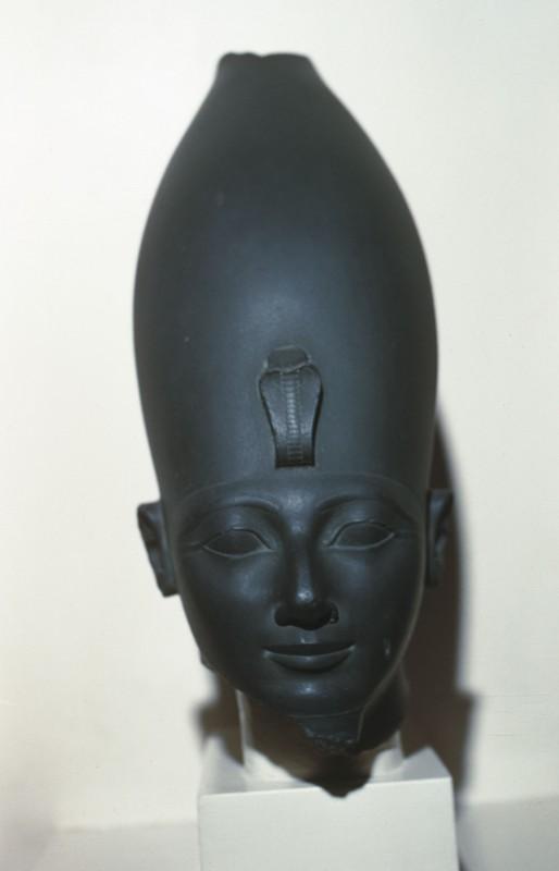 Kopf einer Statue von Thutmosis III. oder Hatschepsut mit oberägyptischer Krone, Basalt, H. 46 cm