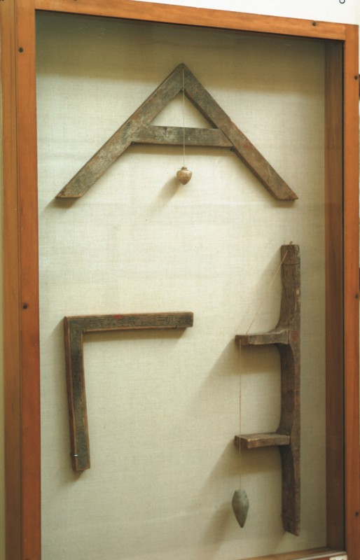 Rechter Winkel, Nivelliergerät und Lot, aus dem Grab des Sennudem (vgl. 37 001-38)