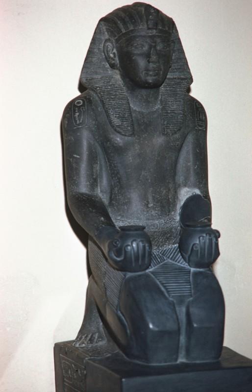 Ramses IV. kniend mit Opfergefäßen, Granit