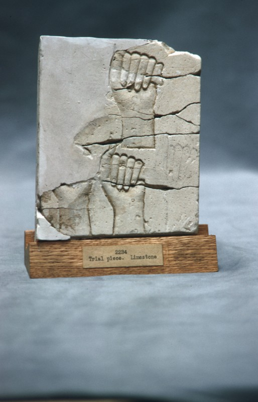 Zwei greifende Hände, Proberelief in Kalkstein