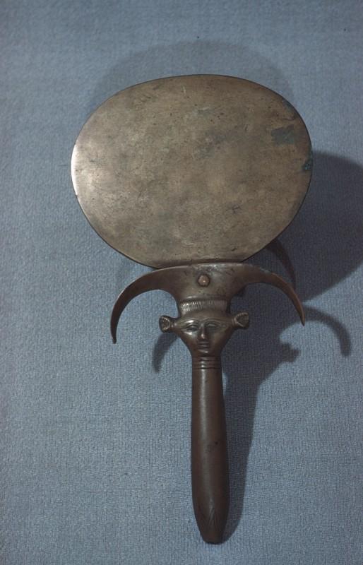 Spiegel mit Hathorkopf zwischen Stengel und Dolde, Bronze, H. 25, 6 cm