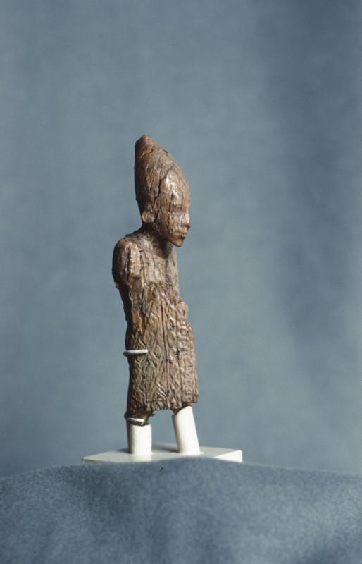 Elfenbeinfigürchen eines Königs, H. 8,8 cm, Abydos, 1. Dyn., Halbseitenansicht