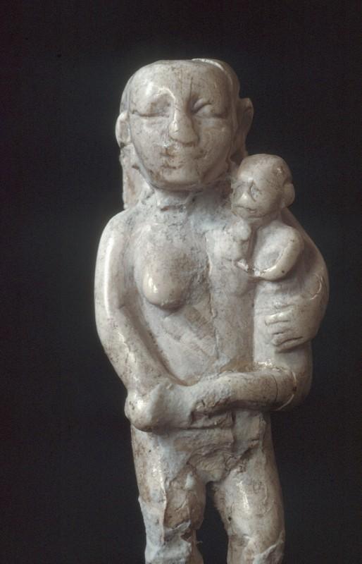 Frau mit Kind, Stein, H. ca. 6 cm, um 2900 v. Chr.