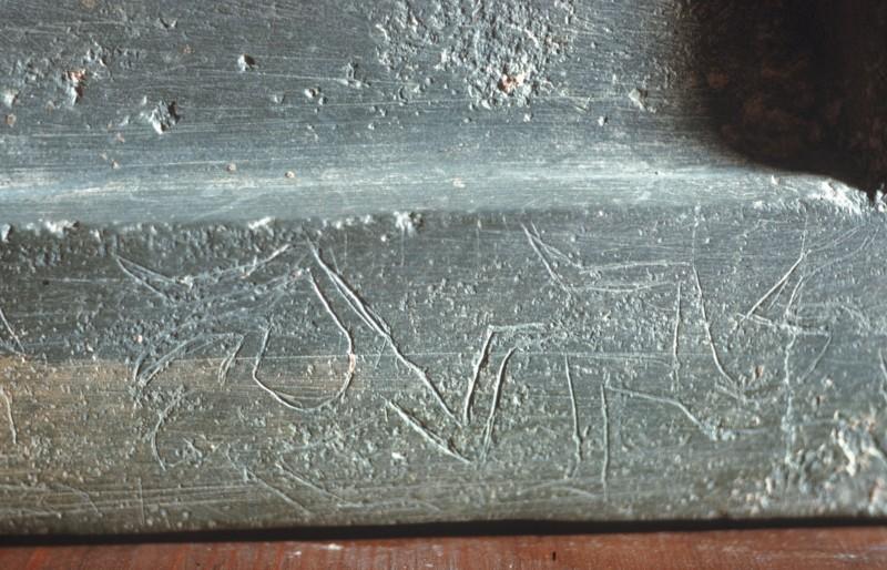 Ritzzeichnungen auf der rechten Seite des Sockels von 01 147
