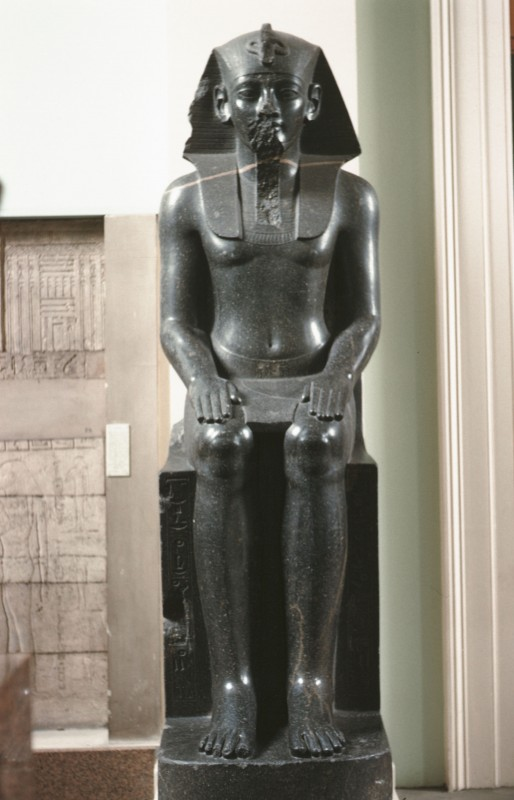 Amenophis III. sitzend, Granit, H. 240 cm