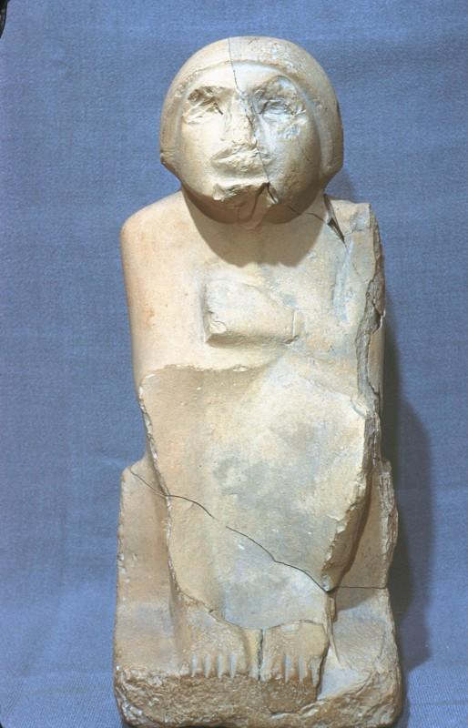 Männliche Sitzfigur, Kalkstein, H. 42 cm, Abusir
