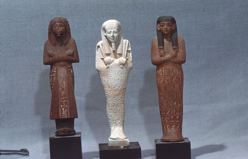 3 Uschebti: Holz, H. 21 cm Kalkstein, H. 22 cm Holz, H. 22 cm