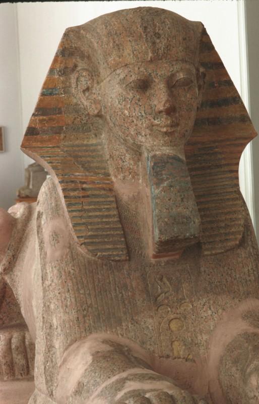 Hatschepsut als Sphinx, Vorderansicht, roter Sandstein bemalt, 18. Dyn.