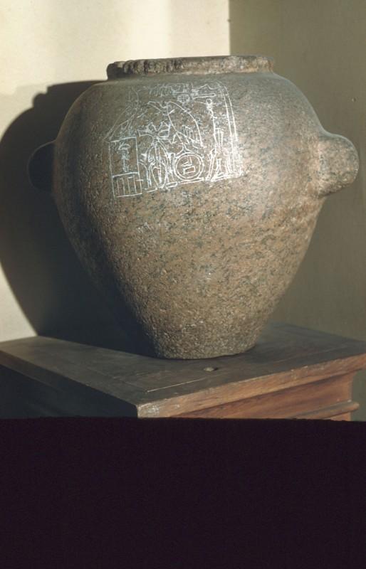 Große Granitvase mit Darstellung der Göttin Nechbet und dem Namen des Chasechem